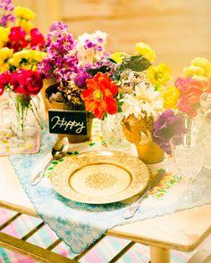 カラフルビビッドな色合いが 楽しい雰囲気を演出するテーブル装花
