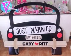 Marco para fotos Just Married! Farewell Decorations, Diy Wedding Decorations, Wedding Ideas, Photo Booth Frame, Photo Booth Backdrop, Camera Crafts, Party Frame, Photo Zone, Yellow Balloons