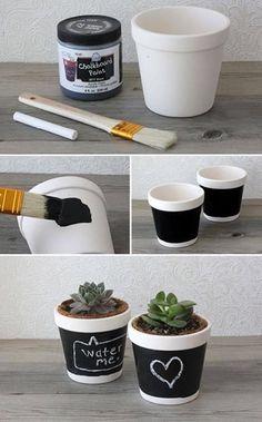 Como adoramos as plantas… esta proposta é uma das nossas preferidas! escolha uma e pinte um vaso com tinta de quadro preto e escreva com um giz uma frase bonita ou faça um desenho especial. Uma ideia original!