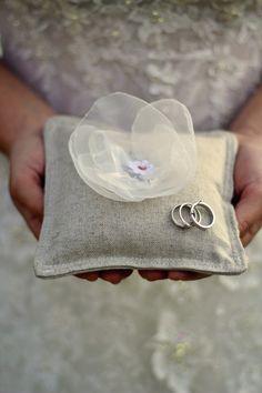 Polštářek pod prstýnky s kytkou Přírodní polštářek pod svatební prstýnky s aplikovanou kytkou, ve středu malá krajková kytička. Vyrobeno s láskou by WedTime.