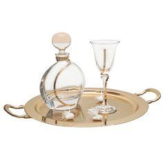 Η εταιρία Zoulovits δημιουργεί μοναδικές συνθέσεις γάμου για την ωραιότερη μέρα ενός ζευγαριού. Το σετ περιλαμβάνει: ένα δίσκο στρογγυλό ροζ χρυσό με χέρια και σχέδιο δαντέλα, ένα ποτήρι κρασιού Βοημίας στολισμένο με χρυσή ροζ βέργα και μία καράφα Βοημίας με τον ίδιο στολισμό. Wedding Wreaths, Wedding Decorations, Vase Deco, Vases, Kirchen, Big Day, Fragrance, Wedding Day, Marriage
