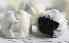 Μια πανεύκολη συνταγή για υπέροχα Τρουφάκια με μπισκότα oreoκαι κάλυψη λευκής κουβερτούρας. Ένα λαχταριστό γλύκισμα με 3 μόνο υλικά. Απολαύστε τα. Προαιρετ