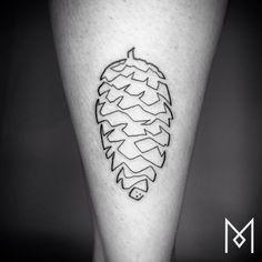 Mo Ganji est un tatoueur germano-iranien qui crée des dessins à l'esthétique simple mais à fort impact visuel. Basé à Berlin, il croit qu'il est plus pertinent et facile de créer quelque chose de fondamental (dans son cas, des tatouages originaux et reflétant la personnalité et les goû…