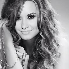 Demi Lovato, love her hair! Camp Rock, Demi Lovato Fotos, Thalia, Beyonce, Divas, Model Foto, Curly, Portraits, Up Girl