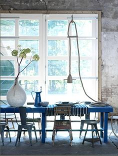 love the simplicity of it de casas interior design Blue Dining Tables, Dining Room Blue, Dining Area, Dining Chairs, Home Interior, Interior Architecture, Le Logis, Home Trends, Decoration Table