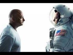 El astronauta de la NASA Scott Kelly tenía la misma estatura que su hermano gemelo Mark. Tras volver a la Tierra de su año de misión en la Estación Espacial Internacional, es 5 centímeros más alto.  Puedes leer la noticia en: http://www.europapress.es/ciencia/misiones-espaciales/noticia-astronauta-sc