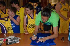 Els nostres van demanar firmes i fotos a Maria Pina 64