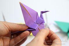 Cómo hacer grullas de origami y armar un móvil - Guía de MANUALIDADES Container, Diy, Ideas, How To Make, Origami Ornaments, Paper Ornaments, Patterns, Build Your Own, Bricolage