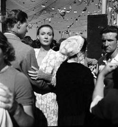"""Arletty dans """"La Fleur de l'âge"""" de Marcel Carné et J. Prévert, Belle-Île (Emile Savitry, 1947)"""