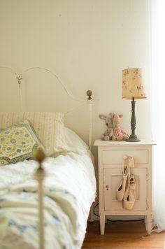 Casinha colorida: Uma casa de bonecas no campo