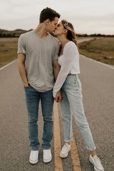 Cute Couple Poses, Photo Poses For Couples, Couple Picture Poses, Couple Photoshoot Poses, Cute Couples Photos, Engagement Photo Outfits, Photo Couple, Couple Photography Poses, Cute Couple Pictures