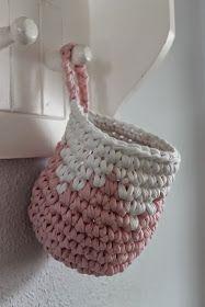 """I aftes fik jeg hæklet mig et par kurve. Jeg manglede en """"frisk"""" kurv til vatrondellerne på dasset, da den gamle var blevet lidt trist ... Crochet Home, Love Crochet, Crochet Baby, Knit Crochet, Crochet Motifs, Crochet Patterns, Yarn Projects, Crochet Projects, Big Yarn"""