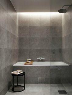 salle de bain avec baignoire, carrelage gris et bande lumineuse LED