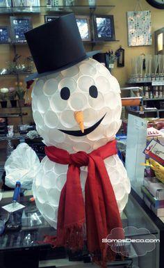 En esta imagen podemos observar un bonito muñeco de nieve realizado a base de vasos de plástico. Para cualquier decoración de navidad.