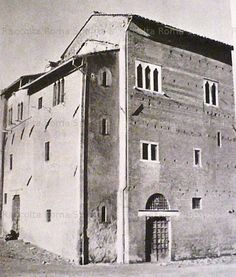 Foto storiche di Roma - Casa fortificata dei Pierleoni. In questo luogo ora sorge l'Anagrafe. Questo importantissimo edificio, uno dei pochi esempi di edilizia privata del medioevo sopravvissuti, era inizialmente destinato alla preservazione, insieme alla Casa dei Crescenzi. Le spaventose demolizioni la risparmiarono fino al 1936.Il monumento era stato,come si intravede dalla foto, risparmiato rispetto a tutte le case circostanti, ed isolato.In quell'anno invece si decise per la sua…