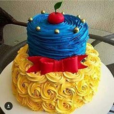 Very Pretty Snow White Cake Pretty Cakes, Cute Cakes, Beautiful Cakes, Amazing Cakes, Snow White Cake, Snow White Cupcakes, Snow White Birthday, Fancy Cakes, Cake Creations