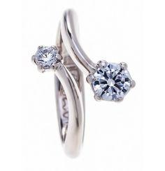 Bardzo oryginalny pierścionek zaręczynowy. Jeżeli chcesz się oświadczyć i podarować swojej wybrance wyjątkowy pierścionek, to wyjdź poza obowiązujące kanony. Ten wyjątkowy pierścionek posiada dwa brylanty, a jego wykończenie jest bardzo oryginalne. Wykonany jest z białego złota, dlatego delikatnie i bardzo subtelnie prezentuje się na palcu. Na pewno jest to propozycja dla zdecydowanych i pewnych siebie kobiet. #dwa #brylant y #białe #złoto ##pierścionek ##srebrny