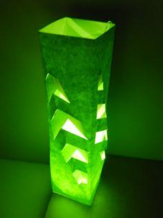 Lámpara generada a partir de una estructura tridimensional utilizando corte y doblez prendida