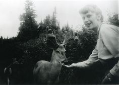 Sylvia Plath, una de las grandes poetas estadounidenses del último siglo, alimentando a un ciervo en Ontario-Canadá, 1959.