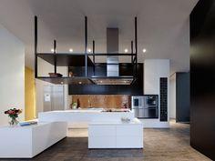 """conception cuisine contemporaine - îlot fonctionnel blanc, espace de rangement """"flottant""""  et crédence cuisine mosaïque"""