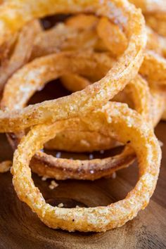 These baked homemade onion rings are just as crunchy and delicious as the fried version, but this onion ring recipe is also gluten free, dairy free and low carb. Healthy Onion Rings, Gluten Free Onion Rings, Homemade Onion Rings, Baked Onion Rings, Onion Rings Recipe, Gluten Free Deserts, Dairy Free Recipes, Baked Onions, Eat This