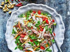 Asiatischer Rindfleischsalat mit Reisnudeln und Kokos ist ein Rezept mit frischen Zutaten aus der Kategorie Rind. Probieren Sie dieses und weitere Rezepte von EAT SMARTER!