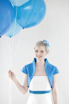 brautkleid mit akzenten in blau- türkis, brautjäckchen mit kleinem kragen und flügelarm (Foto: Hanna Witte) (http://www.noni-mode.de)