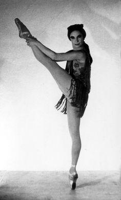 """Alicia Alonso """"Carmen""""  (Foto Colección Museo Nacional de la Danza)     http://www.balletcuba.cult.cu/cuatro-joyas-del-ballet-cubano/"""