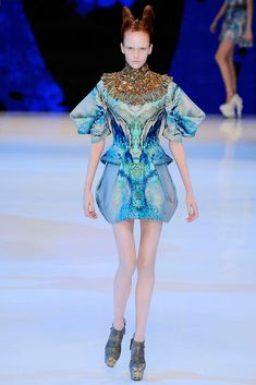 Alexander McQueen Spring 2010 Ready-to-Wear Look 24 on Kate Somers, also see collar detail close up.