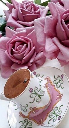 Roses, Coffee and No Pin Limits ༺♥༻ Coffee Snobs, Coffee Cafe, Good Morning Coffee, Coffee Break, Images Of Chocolate, Haute Chocolate, Color Borgoña, Coffee Presentation, Tea Sandwiches
