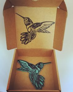 """Once upon most every morning  I woke up to her flying there  Hummingbird was making blows of  Blowing rings of purple in the air""  John Mayer - Hummingbird  .  .  .  #colibri #hummingbird #sello #stamp #handmade #handcarvedstamp #carved #stamps #carvado #carvedstamps #carving  #carvingstamps #sellosartesanales #sellosamano #eraserstamp #rubberstamp #carvingstamp #sellos #carvadoamano #carvadosamano #handcarvedstamps #sellosbonitos #carvadodesellos #selloscarvados #handcarvedstamp #birdstamp"