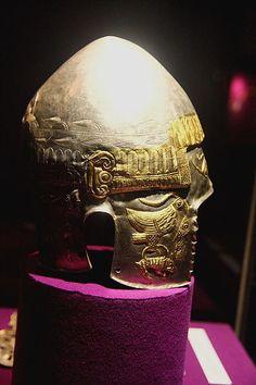 Pomul vieţii reprezentat sub forma unui brad, pe coiful din argint placat cu aur descoperit la Peretu, judeţul Teleorman, datat în secolul IV î.e.n. Gold Art, National Museum, Class Ring, Things To Come, Semper Fidelis, Bucharest, Helmets, Romania, Jewelry