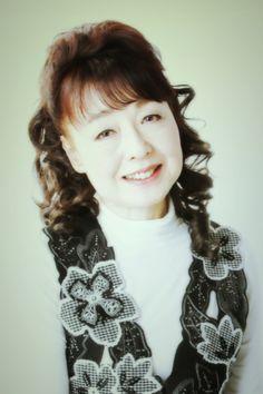 ゲスト◇小原 初美 (歌手)バトントワリングの第一人者、高山アイコ氏の一番弟子としてテレビ・イベントなどで活躍後、NHK「ステージ101」の初期メンバーとして出演。NHK教育「なかよしリズム」の歌のお姉さん、NHK-FM「ミュージカルへの招待」、CBC深夜放送ではDJとして活躍。ヴォーカルは、マーサ三宅氏に師事しキングレコードから「一人寝づくし」でデビュー。LP「優女、女ひとり・・・」他シングル2枚を発売。10年間マナセプロダクションに所属し、故・坂本九氏は先輩にあたる。ミュージカル「屋根の上のバイオリン弾き」、「キャバレー」「風とともに去りぬ」など舞台経験も豊富で、TBS昼の連ドラや「大江戸捜査網」や、フジ金曜エンターテイメント「人に言えない裏人生・鈴木その子」では、その子役を主演。現在は、ボーカル教室やダンスライブのプロデュース、構成等でも活躍する傍ら、自己バンド『初美とレガ~ロ』のリーダー兼トップシンガーとして、ライブやダンスホールに多数出演。 http://hatsumi-ew.com/