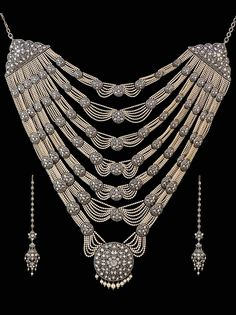 Necklace and earrings from a Munnu Kasliwal wedding suite in gold, featuring silver, diamonds and pearls. Collection of The Gem Palace, Jaipur.