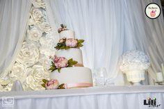 Tegyél a tortára egy kis színes szalagot és virágot. Máris ki fog emelkedni a monokróm dekorációból. Torta: Joy Kézműves Cukrászat Helyszín: Alcatraz