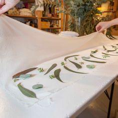 Ecoprint, la alquimia de las hojas   Diseño   MG Magazine Shibori, Shopping Bag, Print Patterns, Quilting, Textiles, Tapestry, Table Decorations, Home Decor, Stamping