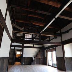 女性で、Otherの古民家再生/漆喰/塗り壁/古民家/漆喰壁/リノベーション…などについてのインテリア実例を紹介。「階段リメイクの上に袋乗っちゃってるところが浅いw  もう参加できるイベントなさそうだし、この機会にまた撮ってアップしよーっと…(´-ω-`)」(この写真は 2016-09-16 22:46:40 に共有されました) Japanese Style House, Traditional Japanese House, Vintage Architecture, Japanese Architecture, Japanese Interior, Indochine, Home Renovation, Old Houses, Furniture Decor