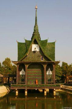Techo de un templo hecho con botellas