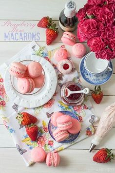 Celebrate Mom with an edible gift this Mother's Day! Strawberry Rose Macarons make a special homemade treat and a beautiful gift! Best Dessert Recipes, Fun Desserts, Delicious Desserts, Individual Desserts, Cake Pops, Baking Recipes, Cookie Recipes, Strawberry Roses, Cupcakes