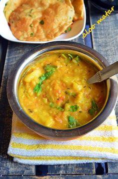 Aloo mattar sabi recipe: Mildly spiced home style aloo mattar sabzi,no onion garlic side dish recipe with green peas and potatoes @ http://cookclickndevour.com/aloo-matar-recipe