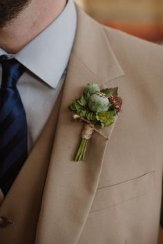 Earthy green boutonniere | Image by Helena and Laurent g