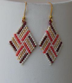 Piramit Küpe Beaded Earrings Patterns, Beaded Brooch, Beading Patterns, Beaded Bracelets, Brick Stitch Earrings, Seed Bead Earrings, How To Make Earrings, How To Make Beads, Craft Accessories