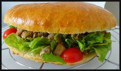 """Le cousin du Bokit il s'appelle 《 Agoulou 》 L'agoulou est le hamburger guadeloupéen ! En créole """"agoulo"""" signifie """"vorace"""" ou """"goinfre"""""""
