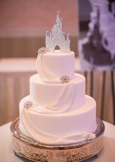 If you are a fan of Disney, you will adore our Disney wedding ideas. Below you can find the most charming and magical ideas for your wedding. Weddings 36 Charming Ideas For Disney Wedding Beautiful Cakes, Amazing Cakes, Princess Wedding Cakes, Cinderella Wedding Cakes, Fairytale Wedding Cakes, Castle Wedding Cake, Princess Cake Disney, Disney Castle Cake, Cinderella Quinceanera Themes