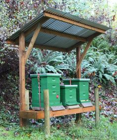 This covered hive stand also gives good protection for most non-windy rains. - A tip for torrential rains: hive shelter - Honey Bee Suite Buzz Bee, Raising Bees, Bee Boxes, Bee Hives Boxes, Bee Farm, Backyard Beekeeping, Save The Bees, Hobby Farms, Bees Knees