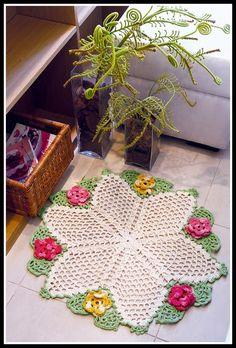 Toda Moderna: Tapete de crochê com flores - Receita e gráfico ❤️LCR-MRS❤️ with diagrams. Crochet Mat, Crochet Dollies, Crochet Home, Thread Crochet, Love Crochet, Crochet Flowers, Easy Crochet, Pinterest Crochet, Crochet Dreamcatcher