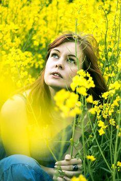 Idee/Inspiration für das Portrait einer Frau: im Rapsfeld Frauenportrait - Fotoshooting - Shooting - Portraitfotografie - natürlich - authentisch - draußen - outdoor - Feld - Raps vanessasblickwinkel.de