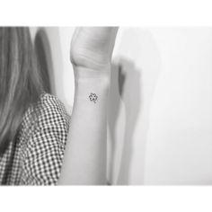 . . Clover 🍀 . .  #tattoo #tattoos #tattooartist #smalltattoo #design #linetattoo #tattooed #ink #art #illustration  #일러스트 #drawing #미니타투 #korea #타투 #홍대 #아트 #감성타투 #레터링타투 #홍대타투 #playgroundtattoo #플레이그라운드타투 #clover #clovertattoo