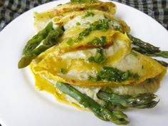 Asparagus crêpe with potato spread Veg Recipes, Italian Recipes, Vegetarian Recipes, Cooking Recipes, Healthy Recipes, Veggie Plate, Veg Dishes, Spring Recipes, Going Vegan