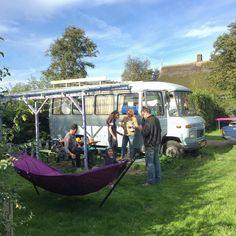 De Surfbus staat lekker in de ochtendzon op het eilandje de Woude midden in het Alkmaardermeer op de mooiste camping van Nederland : de 3 Akers